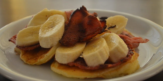 fluffy_pancakes_bacon_banana_650x325